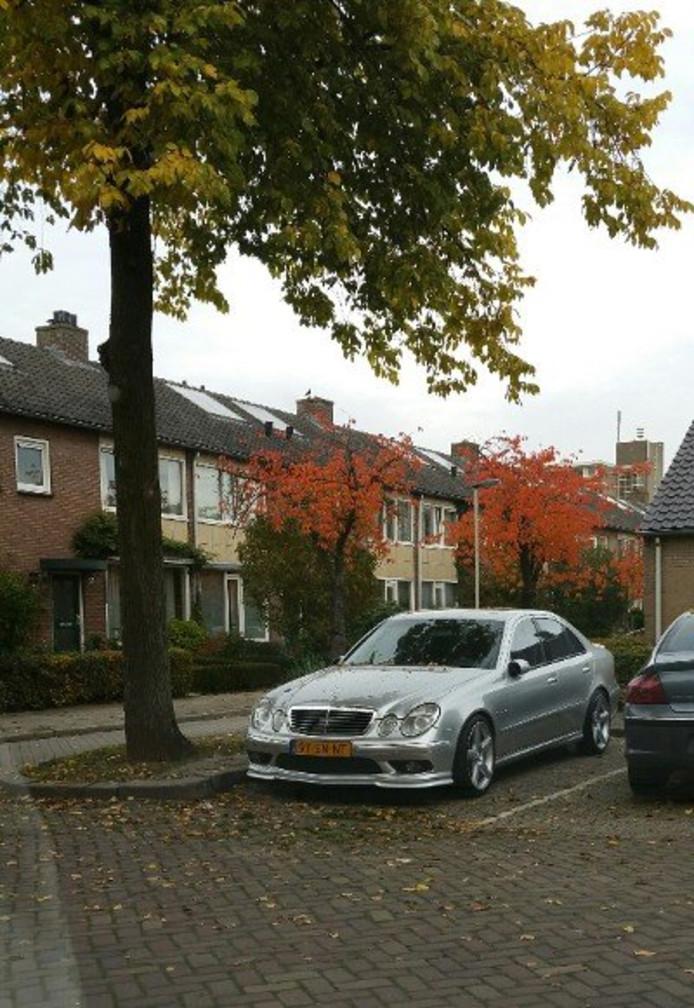 ARNHEM  De gestolen auto van het 58jarige slachtoffer van een overval op een woning aan de Schietbergseweg in Rheden op zondag 11 oktober, is zaterdag teruggevonden in Arnhem. Agenten vonden de auto aan de Dukenburgstraat in Presikhaaf na meldingen uit de wijk. FOTOBRONfoto politie FBMD01000ac103000054130000da34000046380000203d00003c76000043b700002cba00007fc00000c0c7000062450100