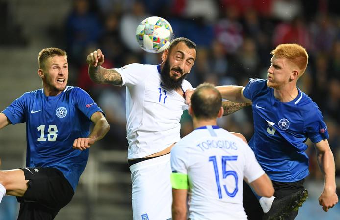 Karol Mets (l.) in duel met de Griek Kostas Mitroglou.