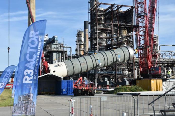 Bij de hydrocracker van Zeeland Refinery wordt de extra reactor opgetakeld.
