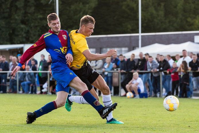 Sydney van Hooijdonk in duel met een verdediger van Victoria'03.