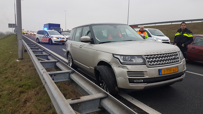 De zilvergrijze Range Rover staat bij knooppunt Velperbroek in de vangrail van de afrit van de A12.