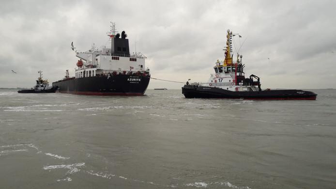 Tanker Azurite geassisteerd door sleepboten van Multraship.