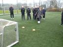 Sportwethouder Coby van der Pas van Meierijstad gaf eerder  op het Avantiterrein in Schijndel met een doeltrap de officiële start voor Walking Football.