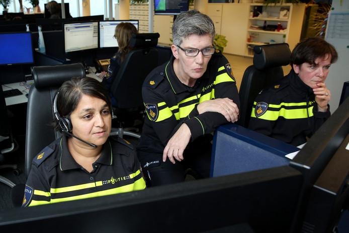 Sandra Hopman (links) in de meldkamer. ,,Het is moeilijk dit werk te doen als je zelf niet goed in je vel zit.''
