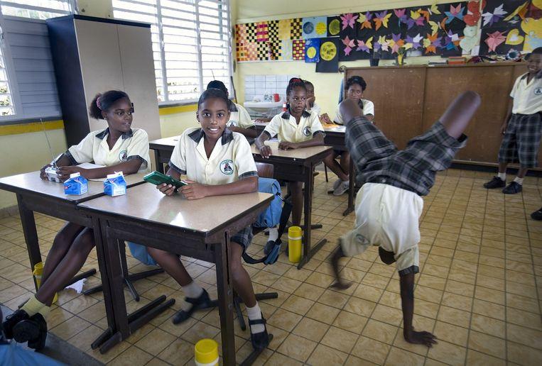 Leerlingen van groep 7 op een school in Willemstad. De leerplicht wordt nauwelijks gehandhaafd. Beeld Guus Dubbelman