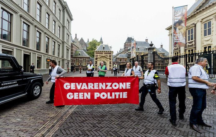 Politieagenten organiseerden in Den Haag een ludieke actie waarbij zij de binnenstad afsloten. De politiebonden demonstreren voor een betere cao.