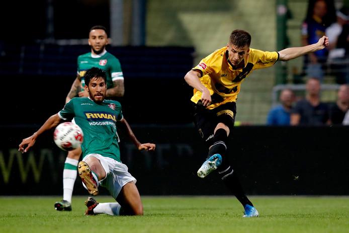 Luka Ilic van NAC scoort de 0-2.