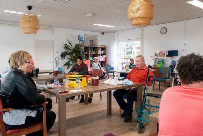 De buurtkamer van activiteitencentrum De Slotjes in Oosterhout. Iedereen moet zijn eigen lunch meenemen en zoveel mogelijk aan tafel blijven zitten.