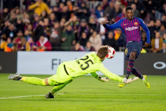 Ousmane Dembélé in actie tegen Levante. Doelman Aitor Fernández kan hier ingrijpen.