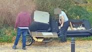 VIDEO. Vader en zoon dumpen schaamteloos hun oude zetel langs de weg in Gentbrugge