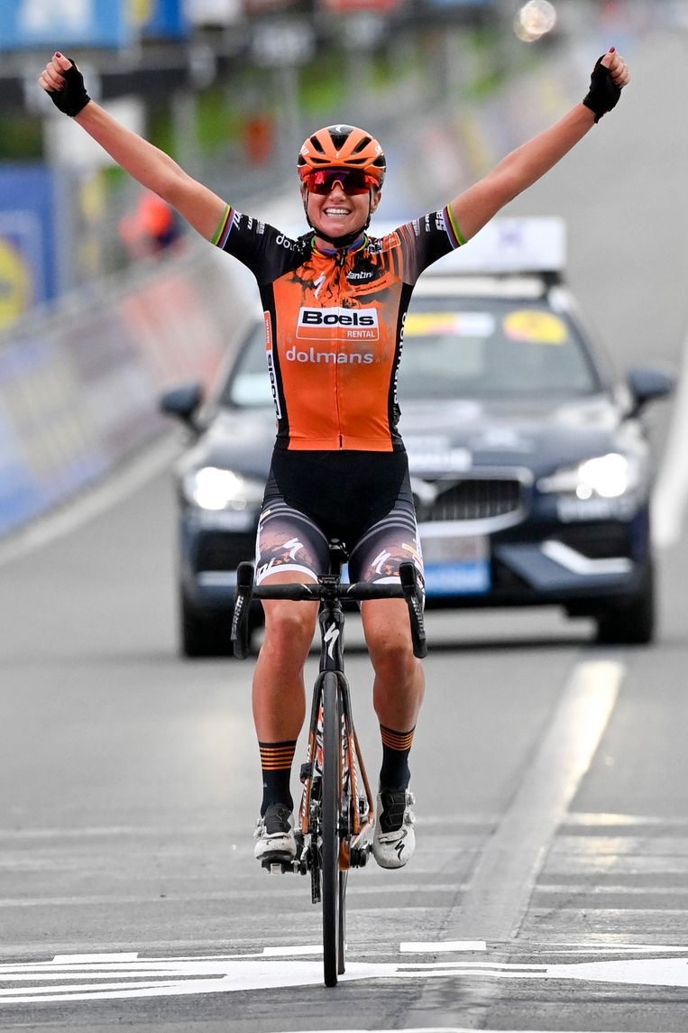 Chantal Van den Broek-Blaak op de streep na een solo van 18 kilometer. Beeld BELGA