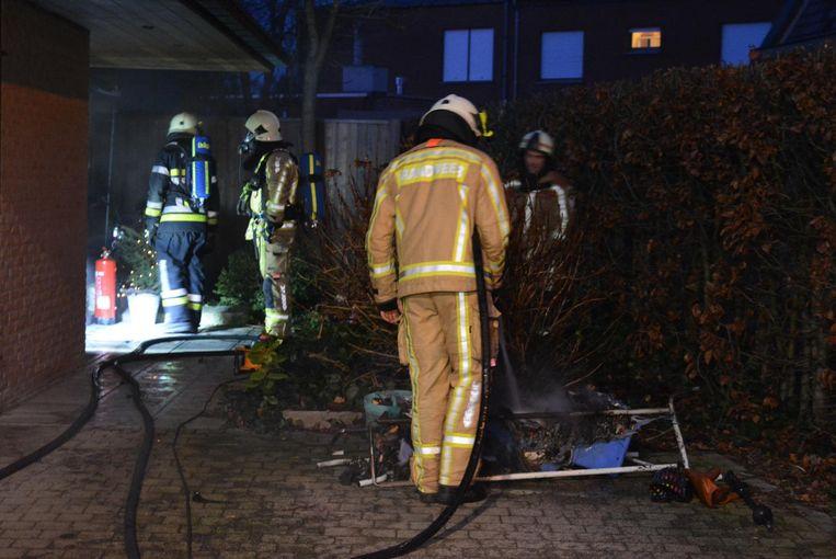 De brandweer moest heel wat verbrande spullen uit de woning van Joost Cuvelier naar buiten brengen om na te blussen.
