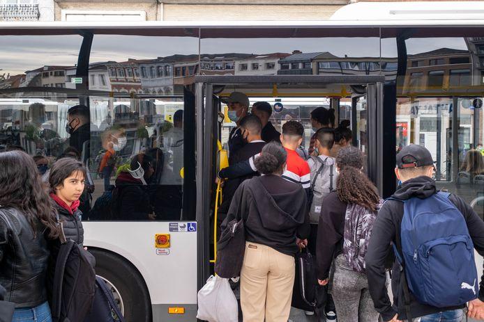 Scholieren stappen al te vaak op bomvolle bussen van De Lijn op