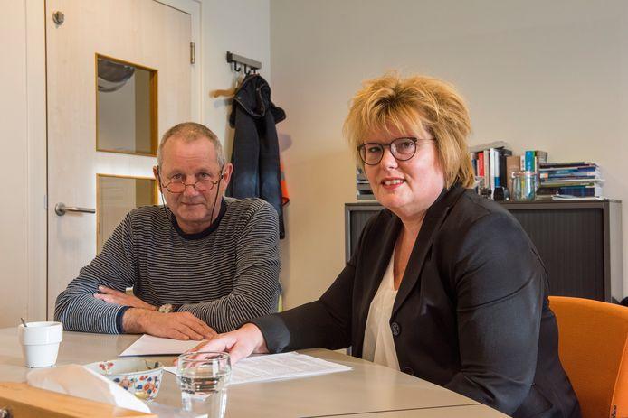 Ton van Rooij (Links ), voorzitter pleegouderraad en Véronique Zeeman, regiomanager Combinatie Jeugdzorg