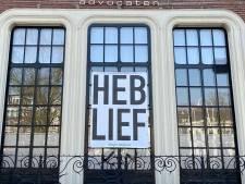 'Heb lief' als slogan in coronatijden: Zwolse kunstenaar gaat ermee de boer op