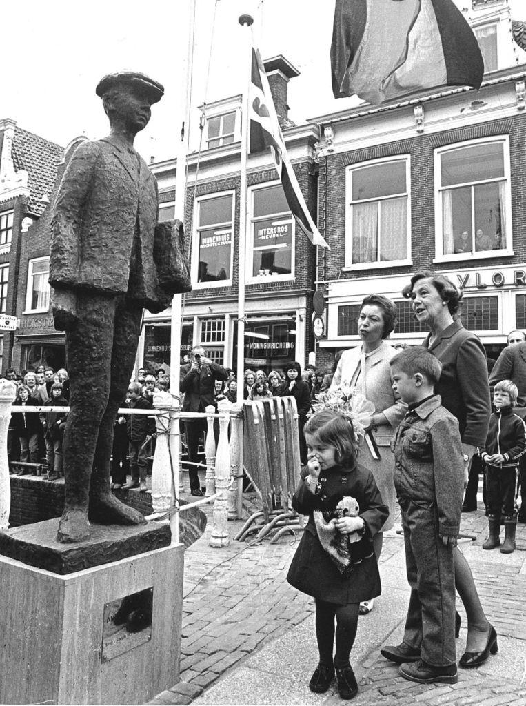 De weduwe van de in 1971 overleden auteur Simon Vestdijk, mevrouw Mieke Vestdijk-van der Hoeven, onthulde op deze foto het standbeeldje van Anton Wachter, de hoofdpersoon uit de bekende Anton Wachter Cyclus. Na de onthulling zien we links Mieke Vestdijk, rechts de beeldhouwster Suze Boschma-Berkhout en op de voorgrond de kinderen Dick van 6 en Annemieke van 4 jaar. Beeld ANP