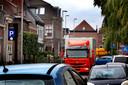 In de Tolstraat in Meerkerk kan verkeer elkaar lastig passeren.