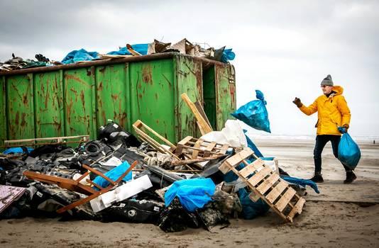 Een container vol spullen die aangespoelde op het strand.