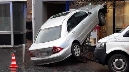 Spectaculair ongeval in centrum van Puurs: Mercedes raakt verstrikt in boompje