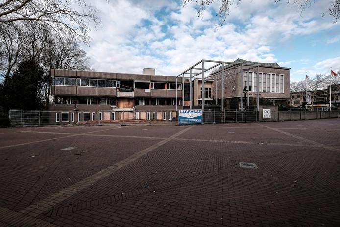De sloop van het voormalige gemeentehuis in het centrum van Zevenaar lag ruim een half jaar stil. Foto : Jan Ruland van den Brink