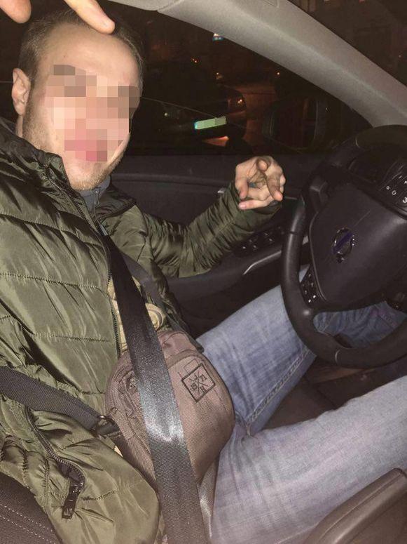 Patryk P. poseert op zijn Facebookpagina in de gestolen Volvo V40.