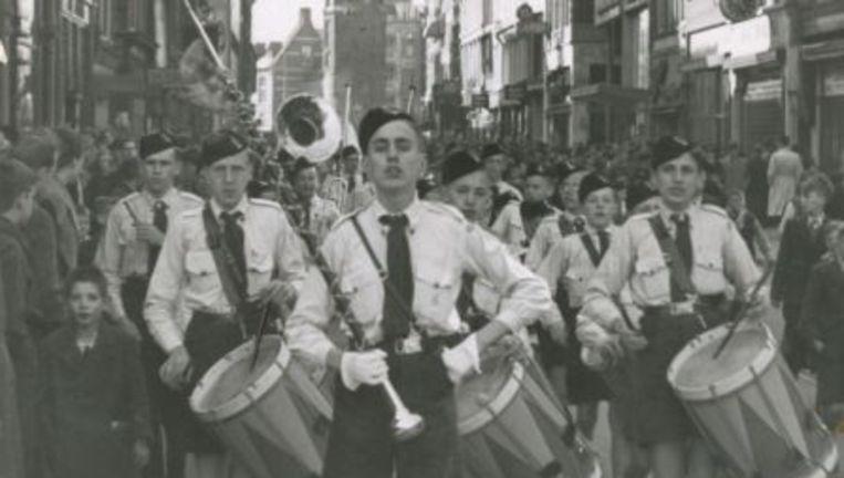 Pararde van NSB-jeugd in Amsterdam, nabij de Munt. Beeld NIOD