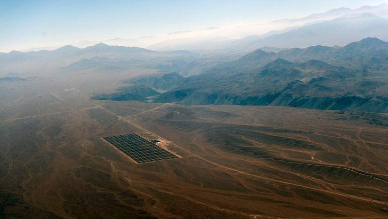 Een veld zonnepanelen in de Atacama-woestijn. Beeld null