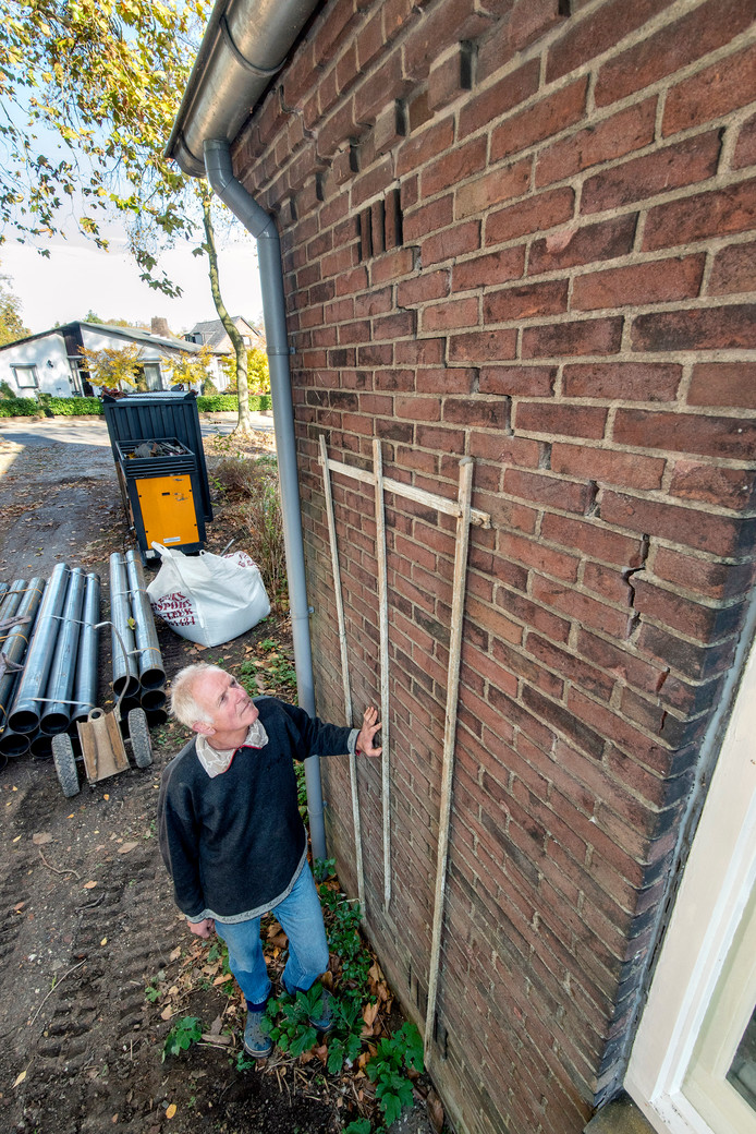 De scheuren in het huis van Henk van de Krol door het lage grondwater zijn enkele centimeters breed.