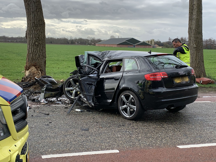 De auto na het dodelijke ongeval in Vinkel.