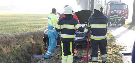 Auto glijdt van de weg en komt tot stilstand in sloot, bestuurder gewond