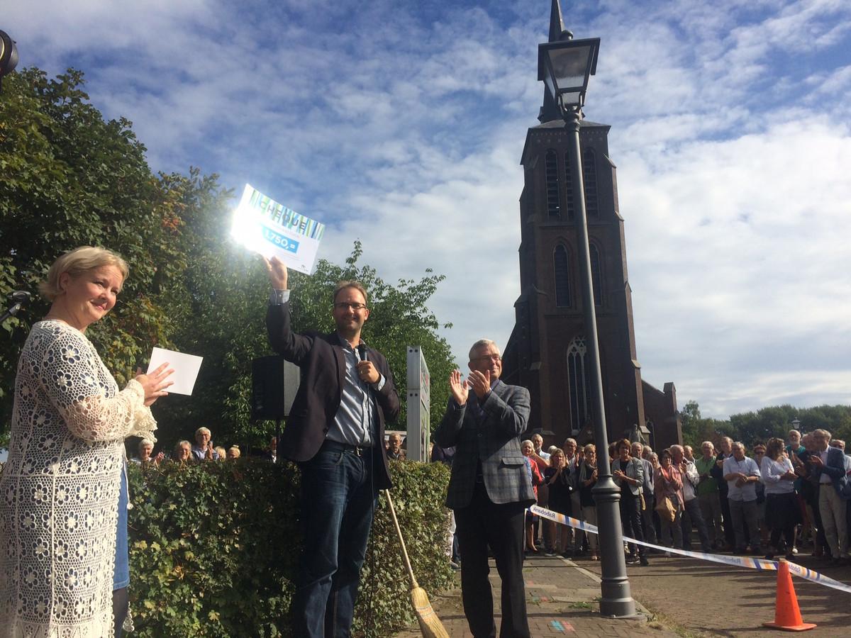 Een cheque van 1750 euro voor Monumentaal Eerde, zelf bij elkaar gespaard door voorzichtig te rijden in de dorpskom.