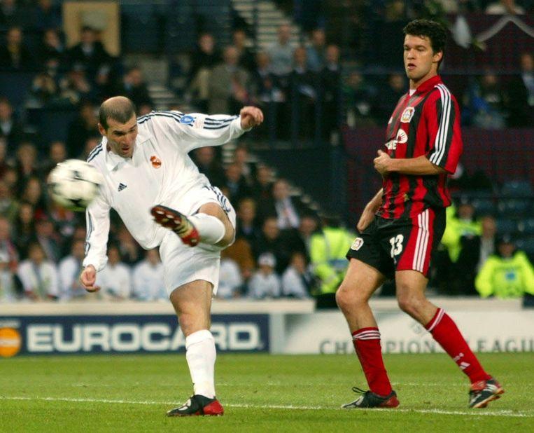 Ballack kijkt toe hoe Zidane met een geweldige volley uitpakt.