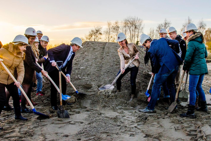 Gezamenlijk zijn de toekomstige huurders van het gezondheidscentrum Drunen aan de slag met de eerste hoop zand.