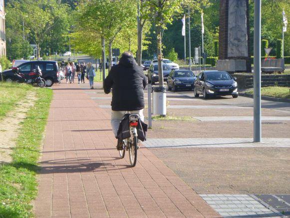 Diest-fietsers en bromfietsers dienen rechts van de weg te rijden