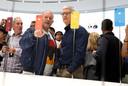 Apple-baas Tim Cook en ontwerper Jony Ive kijken naar vier verschillend gekleurde iPhones XR, direct na de presentatie ervan op 12 september