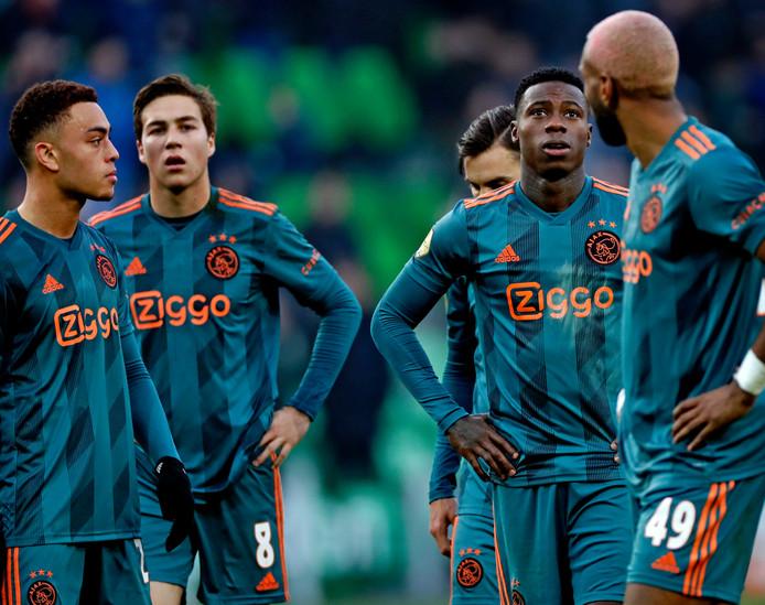 Ajax verliest in Groningen. Serginho Dest, Carel Eiting, Quincy Promes en Tagliafico en Ryan Babel balen van het verlies.