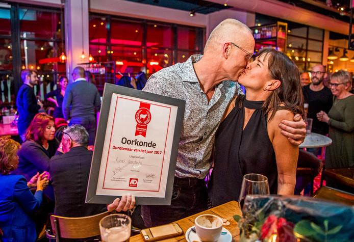 Dordtenaar van het jaar 2017-winnaar Robert Vreugdenhil viert de winst met zijn vrouw Heather Vreugdenhil.