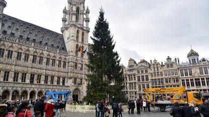 Kerstboom op Grote Markt versierd