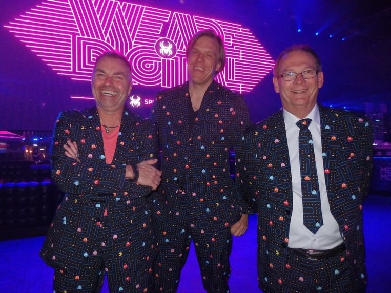 Het Spin Awardbestuur: Stephan Fellinger, Huib Maaskant en Hennie van Velzen, in het retropak van het jaar. Beeld Schuim