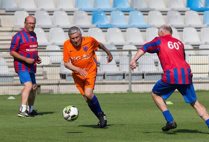 Sjaak Swart in actie op De Vijverberg, tijdens een walking football-toernooi.
