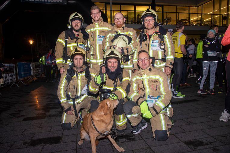 Een brandweerploeg van Wetteren liep de hele City Night Run in volledige uitrusting.