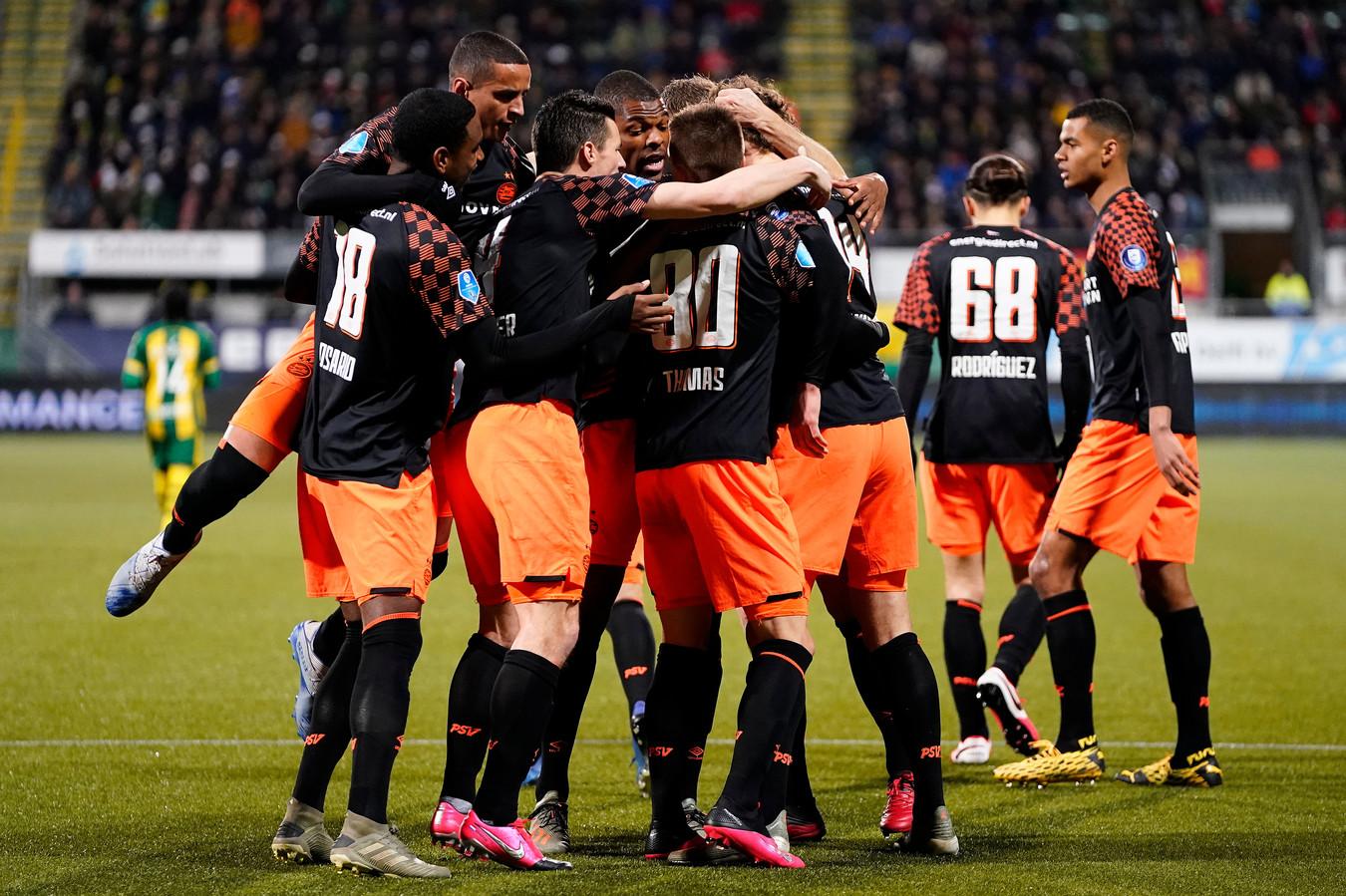 PSV viert een doelpunt op bezoek bij ADO.
