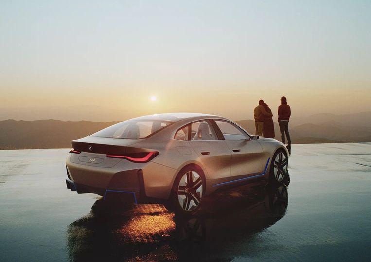Vuistdikke,  'uitlaten' aan de achterzijde van de elektrische BMW i4 moeten de potentie (dik 500 pk  piekvermogen) van de conceptauto onderstrepen. Beeld BMW