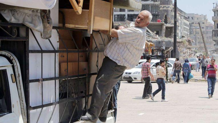 In Homs komt het leven weer voorzichtig op gang. Deze man is voor zover bekend niet betrokken bij Al Ard. Beeld afp