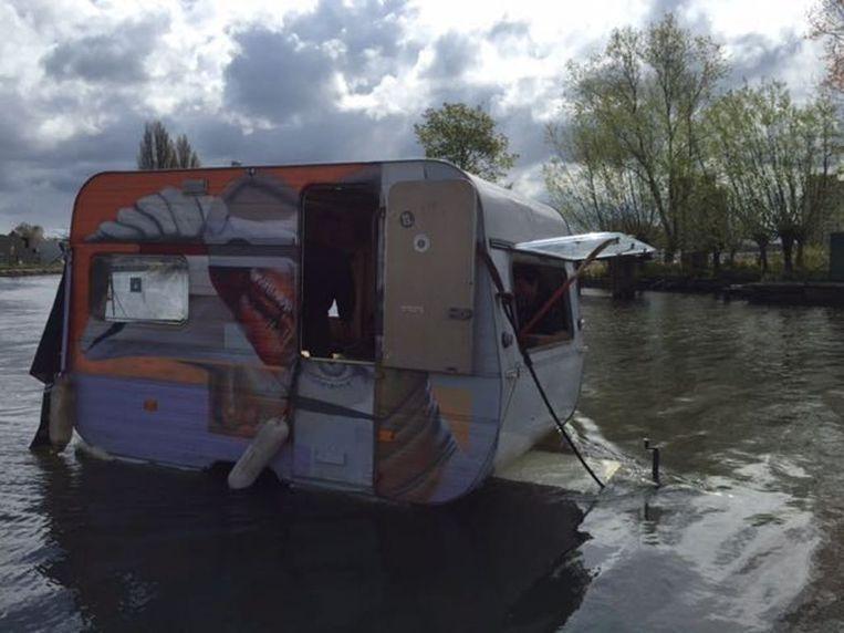 De drijvende caravan Beeld Charlotte Knobben