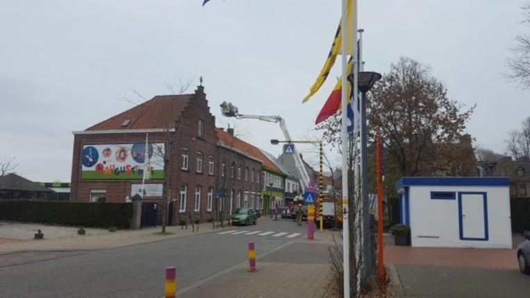 De brandweer haalde een kauwennest uit de schoorsteen van de school in Stasegem.