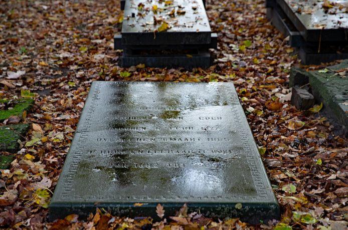 De grafsteen van Theodorus van Gogh. De steen begint te verzakken op de plek van de grootste scheur.