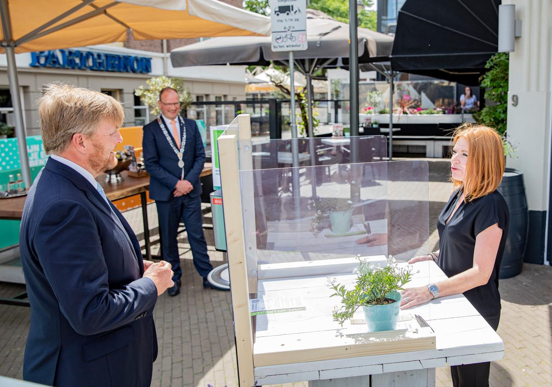 Koning Willem-Alexander spreekt met Larissa van der Vlist van Hotel et le Cafe de Paris.