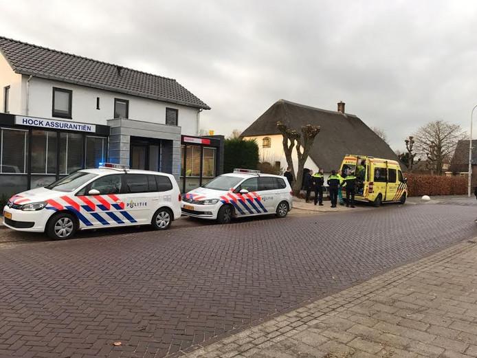Een man raakte gewond toen hij van het dak viel van de Regiobank in Ewijk.
