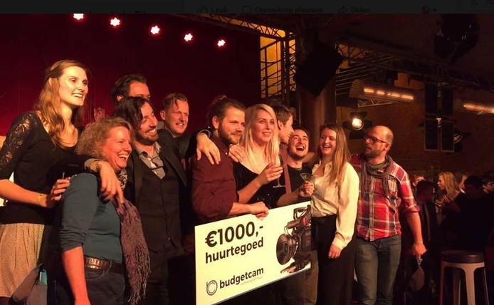 De crew van Marmerijn Films is blij met de eerste prijs voor hun korte film Inbreuk